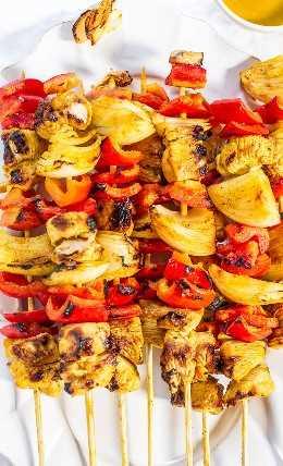 A la parrilla Honey Mustard Chicken Kabobs - ¡Pollo jugoso y vegetales crujientes recubiertos con una salsa dulce y picante! Ideal para fiestas o cenas fáciles entre semana! Todo sabe mejor a la parrilla !!
