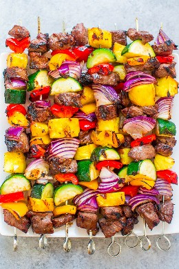 Brochetas de bistec a la parrilla: bistec jugoso con pimientos dulces, cebollas, calabacines y piña para el PERFECTO kabab de dulce y salado. Usted querrá encender su parrilla para estos! Rápido, FÁCIL, cero limpiezas, y ACABADO !!