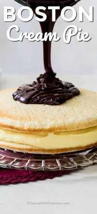 Ganache de chocolate derramado sobre torta de creme de Boston