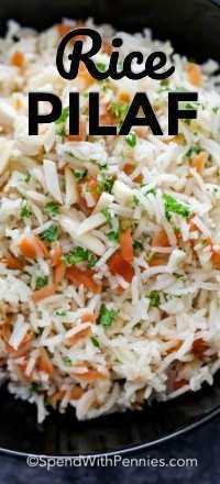 Un plato de servir lleno de arroz pilaf cubierto con perejil fresco.