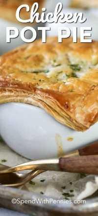 Pastel de pollo preparado en un tazón blanco