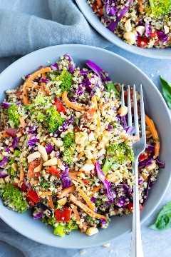 La mejor receta de ensalada de quinua con aderezo de maní tailandés, zanahorias, repollo y brócoli.