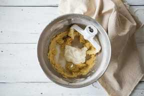 Pastel de tres leches con crema agria, leche y vainilla.