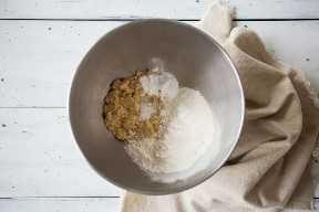 Tazón para mezclar que contiene ingredientes secos para hacer pastel de tres leches.