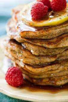 ¡Comience su mañana con estos panqueques de semillas de amapola con limón y yogur griego de trigo integral y FLUFFY! Receta en sallysbakingaddiction.com