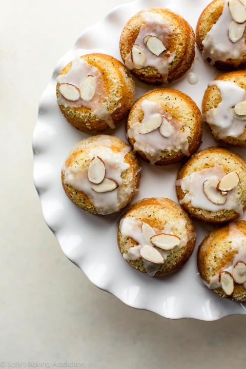 Estos pasteles de té de semillas de amapola y almendra son untuosos y ligeros con un exterior crujiente y crujiente. Al horno en un molde para muffins, las delicadas tartas de té son simples, pero tienen un sabor extra. Receta en sallysbakingaddiction.com
