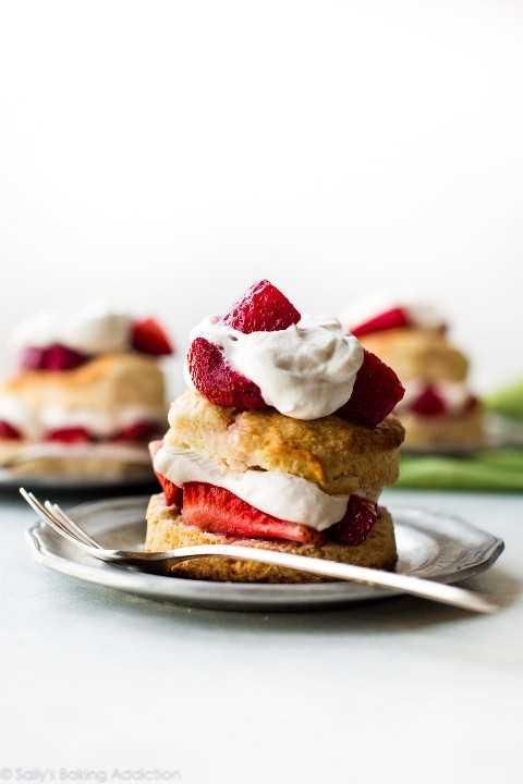 Tarta de fresas casera en sallysbakingaddiction.com