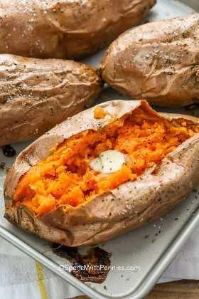 Las papas dulces horneadas en una sartén se sirven perfectamente con mantequilla, sal y pimienta y crema agria