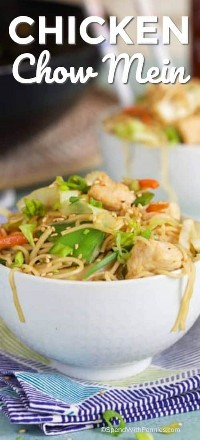 Pollo Chow Mein servido en un tazón blanco