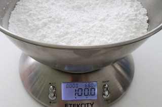 La medición de azúcar en polvo para el mejor Frosting Oreo Buttercream