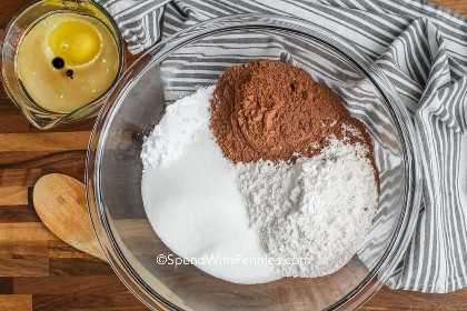 Ingredientes para hacer pastel de chocolate listo para mezclar.
