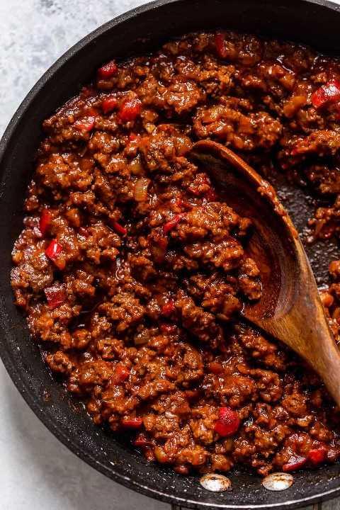 Sloppy Joe carne molida rellena con salsa en una sartén negra grande.
