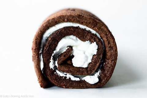 Rollo De Pastel De Chocolate Con Relleno De Crema Batida