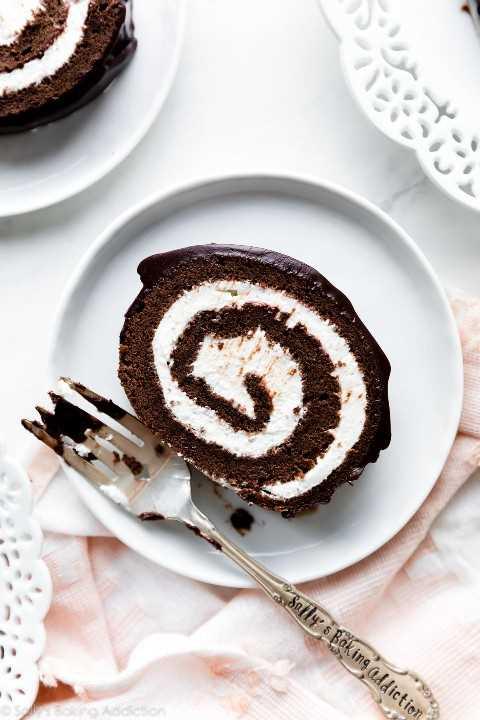 Rollo de pastel de chocolate suizo en plato blanco