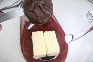Añadir la mantequilla y la nutella al bol para mezclar.