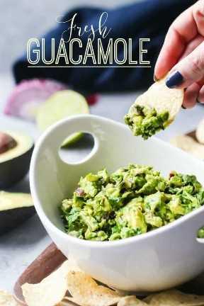 """Tortilla de chips sacando guacamole de un tazón, con superposición de texto que dice """"Guacamole fresco""""."""
