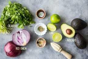 Ingredientes del guacamole en un fondo gris con las etiquetas del texto.