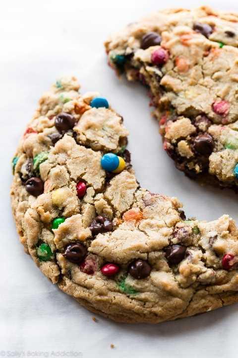 Una galleta de monstruo gigante dividida por la mitad