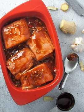 marinar los filetes de salmón en esmalte hoisin