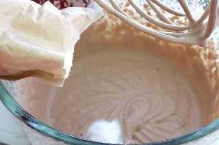 Añadir el Budín de chocolate blanco a la crema batida.