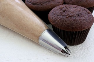 El mejor glaseado de crema batida de moca: glaseado de chocolate y café delicioso y cremoso que sabe igual que la crema batida. Perfecto para cuando necesitas un glaseado un poco más ligero que la crema de mantequilla. Este glaseado mantiene su forma, dura varios días y se puede utilizar para congelar pasteles y pastelitos. Y es tan fácil de hacer. Este delicioso glaseado de moca se convertirá en un favorito instantáneo. ¡Pon este glaseado casero para más tarde y síguenos para obtener más excelentes recetas de glaseado! #Frosting #FrostingRecipes #Mocha