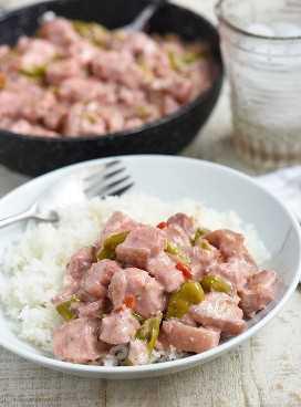 Bicol express sobre arroz al vapor en un plato blanco para servir