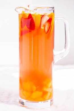 jarra de ponche alcohólico tropical con fruta fresca
