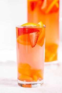 Copa de ponche de pinchos con fruta fresca.