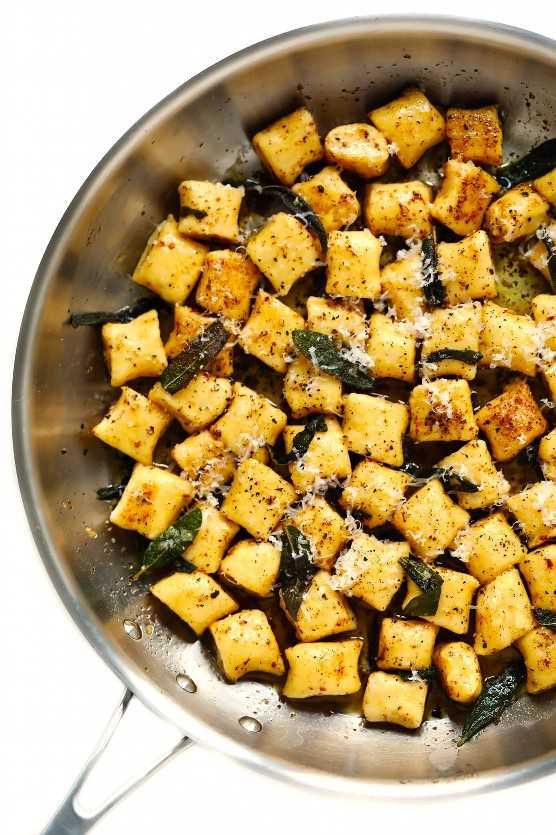 Ñoquis con salsa de mantequilla marrón y salvia
