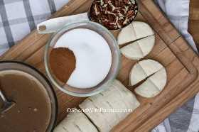 Ingredientes para hacer pan de mono, incluyendo pacanas, galletas y azúcar canela.