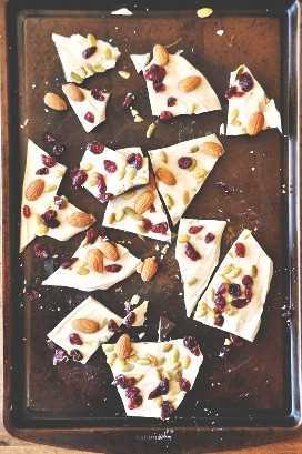 Hoja para hornear llena de corteza de calabaza para nuestro resumen de recetas de Acción de Gracias