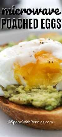 Un huevo escalfado encima de una tostada de aguacate