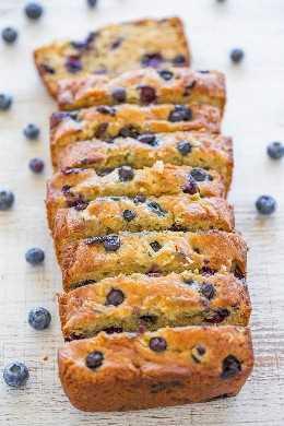 Blueberry Zucchini Bread - Juicy BLUEBERRIES en cada bocado de este pan suave, fácil, ¡sin mezclador! Si tienes a los comensales que no les gustan los calabacines, ¡no te preocupes porque no puedes probarlos! ¡¡¡Mantiene el pan tierno y SANO !!