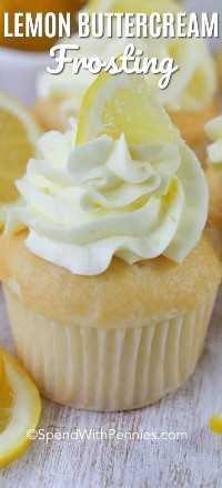 Una magdalena con helado de crema de limón y decorada con una pequeña cuña de limón.
