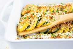 Una receta de cazuela de calabaza con calabacín amarillo y calabacín y una migaja de pan y queso parmesano.