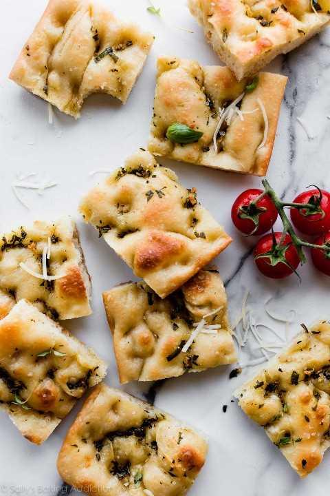 Focaccia de ajo y ajo con queso parmesano