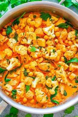 Curry de coliflor, garbanzos y pollo y coco: ¡un curry FÁCIL de una sartén que está listo en 20 minutos y sabe MEJOR que un restaurante! ¡El caldo de leche de coco de inspiración tailandesa hace que esta saludable comida reconfortante tenga un sabor INCREÍBLE!