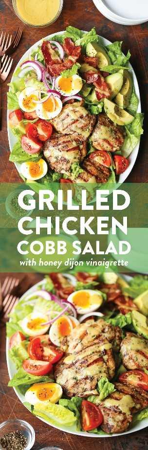 Ensalada de Cobb de pollo a la parrilla - ¡No más ensaladas de Cobb aburridas! Hecho con los muslos de pollo de romero de ajo más jugosos y el aderezo de Dijon con más sabor a miel.