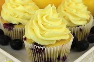 Esta receta de mermelada de limón y arándanos con crema de limón es fácil y deliciosa. Limones y arándanos: una unión clásica de sabor a fruta agridulce combinada en una receta de magdalenas ligera y deliciosa. Los amantes del limón y los amantes de los arándanos se regocijan cuando les preparas este delicioso postre casero. Fija esta deliciosa idea de postre para más adelante y sigue para obtener más ideas de recetas de magdalenas. #cupcakes #lemondesserts #blueberrydesserts