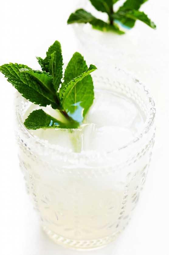 """Margaritas de menta fresca """"width ="""" 1392 """"height ="""" 2088 """"data-pin-description ="""" ¡Margaritas de menta fresca! Rápido y fácil de hacer con solo 4 ingredientes, y tan refrescante y delicioso. ¡Son el cóctel perfecto para la primavera y el verano!   gimmesomeoven.com #margarita #cocktail #mint #summer #drink #entener #cincodemayo #mexcian """"srcset ="""" https://www.gimmesomeoven.com/wp-content/uploads/2019/05/Mint-Margaritas-Recipe-4 .jpg 1392w, https://www.gimmesomeoven.com/wp-content/uploads/2019/05/Mint-Margaritas-Recipe-4-1100x1650.jpg 1100w, https://www.gimmesomeoven.com/wp-content /uploads/2019/05/Mint-Margaritas-Recipe-4-768x1152.jpg 768w, https://www.gimmesomeoven.com/wp-content/uploads/2019/05/Mint-Margaritas-Recipe-4-320x480. jpg 320w """"tamaños ="""" (ancho máximo: 1392px) 100vw, 1392px """"data-jpibfi-post-excerpt ="""" """"data-jpibfi-post-url ="""" https://www.gimmesomeoven.com/fresh-mint- margaritas / """"data-jpibfi-post-title ="""" Fresh Mint Margaritas """"data-jpibfi-src ="""" https://www.gimmesomeoven.com/wp-content/uploads/2019/05/Mint-Margaritas-Recipe-4 .jpg """"/></p> <p>Hey hey, es mi cumpleaños! Lo cual, como apunto cada año, cae convenientemente unos días antes del Cinco de Mayo. Así que para celebrar, hice margaritas!</p> <p>Específicamente, fresco <em>menta</em> margaritas ♡♡♡</p> <p>Como mencioné anteriormente esta semana, he estado teniendo un momento de calma esta primavera con nuestros pequeños balcones de hierbas aquí en Barcelona, cortando unas cuantas ramitas de menta o romero o albahaca o cilantro cada día para agregar más o menos <em>todo</em> hemos estado comiendo y bebiendo Y una noche en particular el mes pasado, cuando no pude decidir entre hacer mojitos o margs para acompañar nuestra comida, decidí en su lugar simplemente mezclar un poco de menta en mi receta clásica de margarita. Y resulta que las margaritas de menta son deliciosas!</p> <p>Quiero decir, estoy abajo por un buen combo de menta y cítricos en cualquier momento. (Por ejemplo, esta ensalada soleada"""