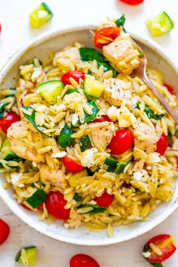 Pollo griego al limón y Orzo: ¡FÁCIL, listo en 25 minutos y alimenta a una multitud! ¡El jugoso pollo al limón con orzo, espinacas frescas, pepinos y tomates hacen que este sea el GANADOR de la cena! ¡Ideal para fiestas, picnics y comidas compartidas!