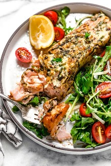 Estoy obsesionada con esta receta de salmón con costra de albahaca y parmesano. Hago esto en la freidora, es rápido y fácil, y el pescado sale muy jugoso por dentro.