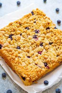 Blueberry Streusel Coffee Cake - ¡Un FÁCIL pastel de no mezclador salpicado de arándanos jugosos y cubierto con grandes nuggets de streusel de mantequilla que son TAN BUENOS! ¡No demasiado dulce y PERFECTO con una taza de café para el desayuno, el brunch o un bocadillo!