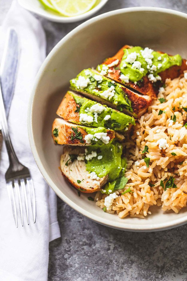 Una receta de cena fácil de pollo y arroz con limón y cilantro de una cacerola | lecremedelacrumb.com