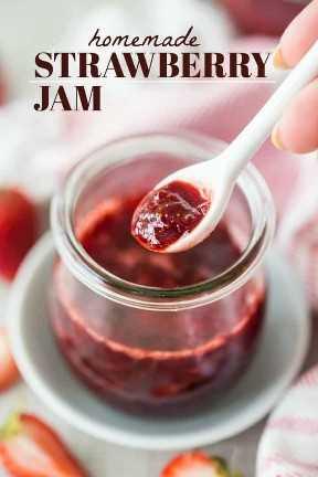 """Con una cucharada de mermelada de fresa casera, con una superposición de texto que dice """"Mermelada de fresa casera""""."""