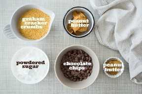 Ingredientes de barras de mantequilla de maní con etiquetas de texto.