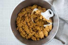 Mezcla de relleno de mantequilla de maní en un bol para mezclar con un accesorio de paleta.