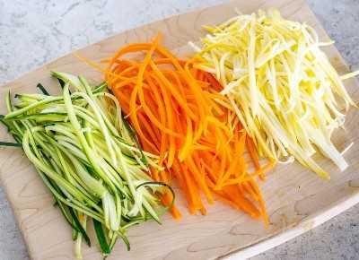 Ensalada De Zucchini De Zanahoria Con Aderezo De Sesame Ginger Receta Facil Y Saludable Primeramente pelamos las zanahorias y luego cortamos en laminas delgadas despues en forma de hilos de un solo tamaño. ensalada de zucchini de zanahoria