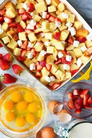 Morangos assados e creme de rabanada - a preparação para o café da manhã mais impressionante! Tão fácil com 15min de preparação. Basta colocá-lo no forno antes de servir!