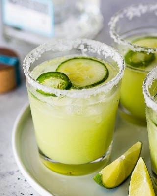 Margaritas de pepino em um copo com borda de sal.
